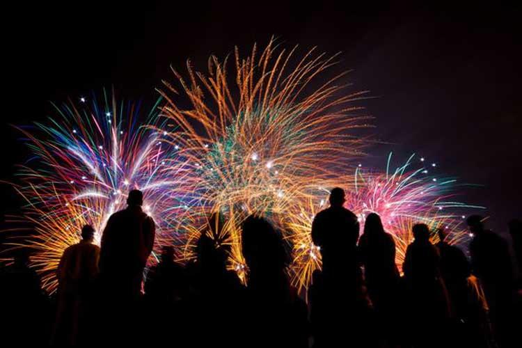 """عجیب ترین سنتهای سال نو(بخش 2)  عجیب ترین آداب جشن سال نو میلادی در جهان منبع: www.list25.com  نکته موقعیکه زمان جشن سال نو می رسد ، برخی مردم سنت های عجیبی برای سال نو دارند. به طور مثال : برخی از افراد به یکدیگر نان پرتاپ می کنند ، برخی با آتش زدن آدمک و مترسک شادی می کنند و افرادی نیز هستند که تا لحظه تحویل سال برای خوش شانسی مبارزه می کنند. بیش از 25 مورد از این سنت های عجیب در سرتا سر دنیا وجود دارد:  01-فرانسه ، پنکیک فرانسوی ها دوست دارند چیزها را ساده و خوشمزه نگه دارند. هر ساله آنها یک بسته پنکیک مصرف می کنند .    02-کلمبیا ، چمدان در کشور کلمبیا مردم برای داشتن سالی پر سفر در سال جدید ، چمدان های خود را در طول روز با خود حمل می کنند .  03-دانمارک ، پریدن در دانمارک مردم به بالای صندلی ها می روند و به بالا می پرند . به معنای واقعی کلمه """"پرش"""" را به سال نو می آورند تا موفق شوند.    04-تایلند ، پرتاب آب و رنگ خاکستری در تایلند علاوه بر پاشیدن آب بر روی یکدیگر ، آنها یکدیگر را با رنگ خاکستری رنگی می کنند .  05-شیلی ، خوابیدن در گورستان در کشور شیلی خانواده ها شب سال نو را به گورستان می روند و در کنار عزیزانشان می خوابند .    06-رومانی ، صحبت با حیوانات کشاورزان رومانی شبیه بلژیکی ها سعی می کنند ارتباط با گاوهایشان برقرار کنند . اگر آنها موفق شدند نشانه خوش شانسی آنها در سال جدید خواهد بود .  07-ایرلند ، قدرت نان در کشور ایرلند با نان به دیوارها ضربه می زنند تا از ارواح خبیث رها شوند.    08-دور ریختن اثاثیه منزل در برخی بخش های کشور آفریقای جنوبی اسباب و اثاثیه قدیمی منزل خود را از پنجره دور می ریزند .  09-سیبری ، دریاچه یخ زده در کشور سیبری مردم در حالی که تنه ی یک درخت را حمل می کنند به درون دریاچه ی یخ زده می پرند .    10-فنلاند ، ریخته گری در کشور فنلاند مردم با ریختن قلع مذاب در سطل پر از آب ، با اشکالی که ساخته می شود سال نو را پیشگویی می کنند .  11-پاناما"""