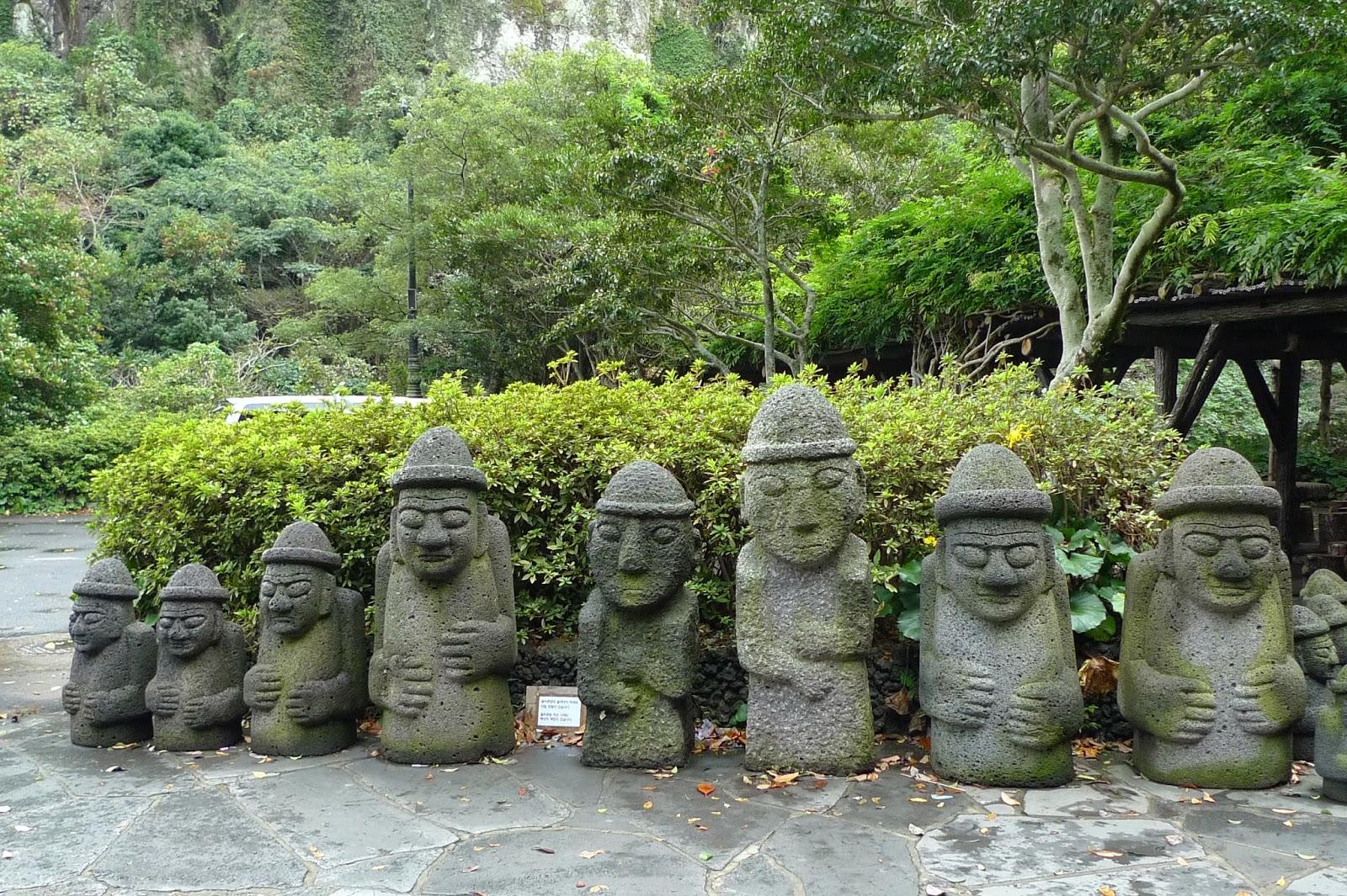 مجسمه های پدربزرگ سنگی